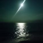 お盆の海に十二夜の月!この地は宇宙に浮かぶ星なんだと実感する瞬間