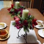 【フラワーアレンジメント】クリスマスキャンドルアレンジ 赤い花とモミの緑をエレガントに!