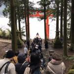 箱根神社の湖畔鳥居は外国人観光客の長い行列!